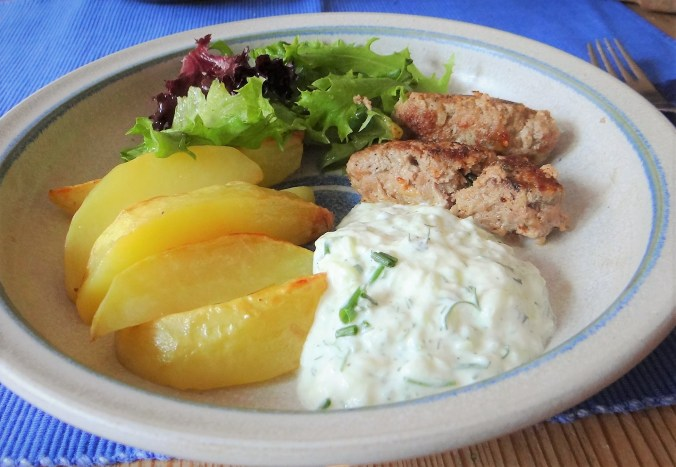 Cevapcici,Tzatziki,Kartoffelspalten,bunter Salat (16)