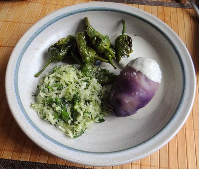 Gemüse mit Dip und lila Kartoffeln. (1)