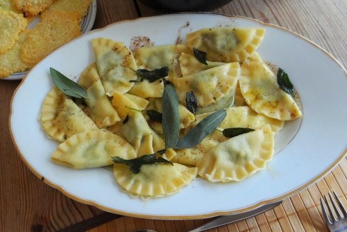 Ravioli mit Feta-Spinat Füllung und Salbei Butter (11)