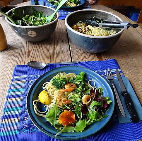Limetten Spaghetti mit Garnelen und Brokkoli,bunter Salat (4)