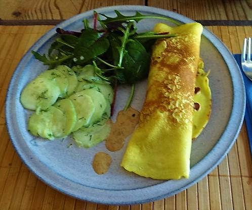 Gefüllte Eierpfannkuchen und Salate (1)