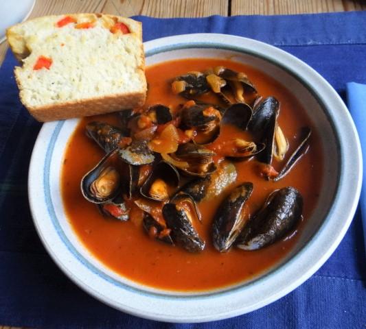 Muscheln in Tomatensauce und Paprikabrot (1)