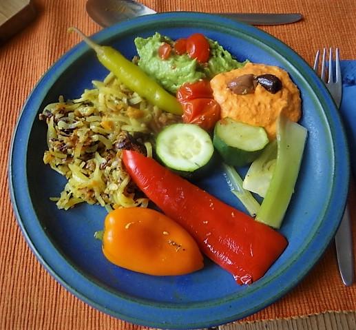 Kartoffel Zoodles, Gemüse im Gärkorb, Ajvar Feta Creme, Guacamole (1)