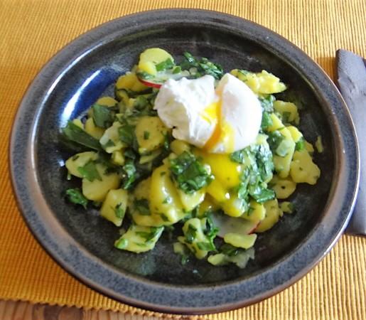 Kartoffelsalat mit Bärlauchund pochierten Eiern (3)