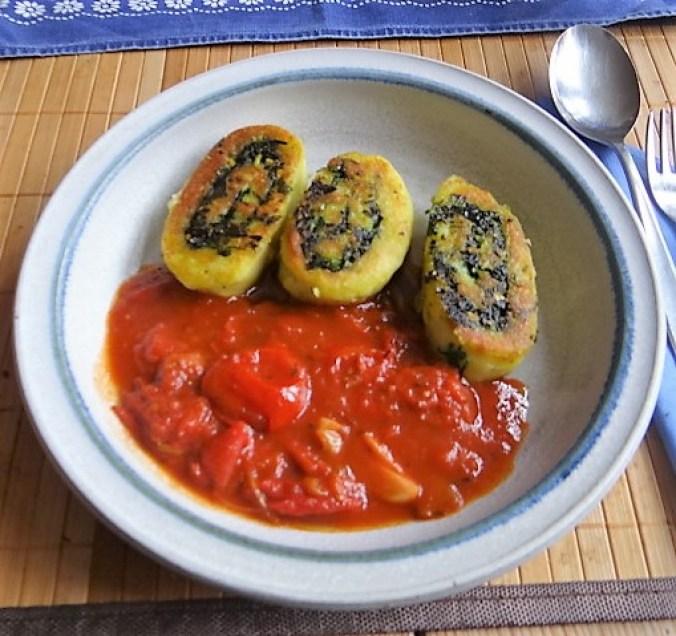 Kartoffelschnecken mit Bärlauch,Tomatensugo, Gurkensalat (24)