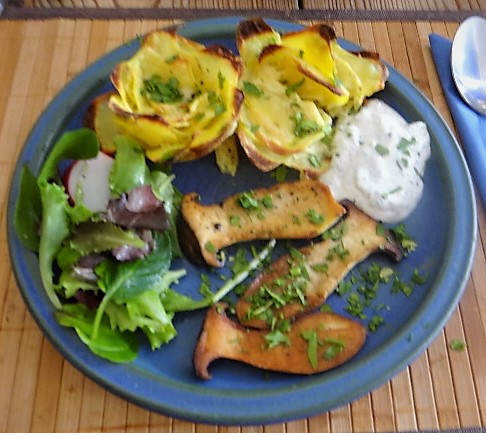 Kräutersaitlinge,Kartoffelrosen, Salat (1)
