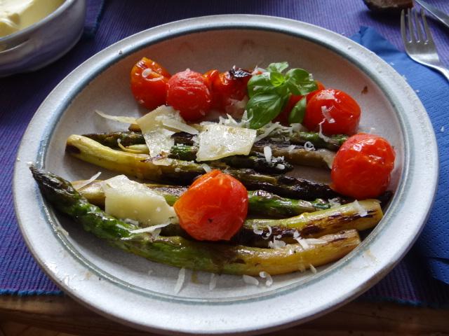 Grüner Spargel mit Tomaten (1)