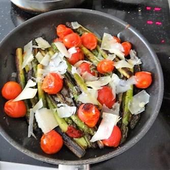 Grüner Spargel mit Tomaten (12)