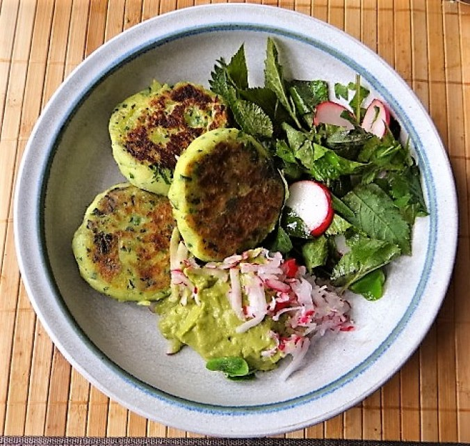 Kartoffeltaler mit Guacamole und Wildkräutersalat (2)