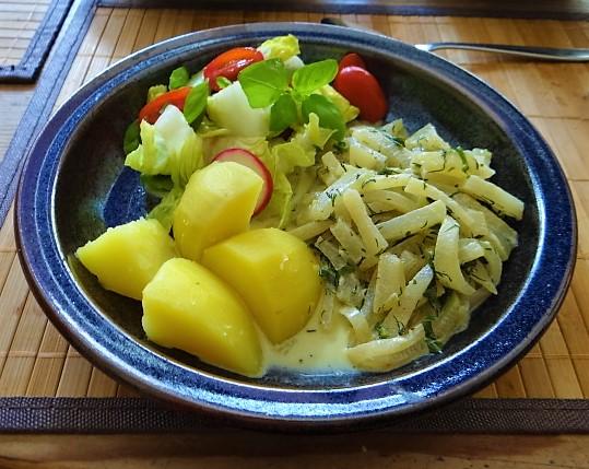Kohlrabigemüse mit Kartoffeln und Salat