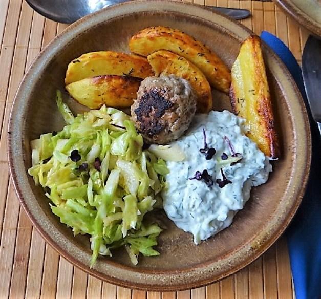 Krautsalat,Tzatziki,Kartoffelspalten,Hackbällchen (2)
