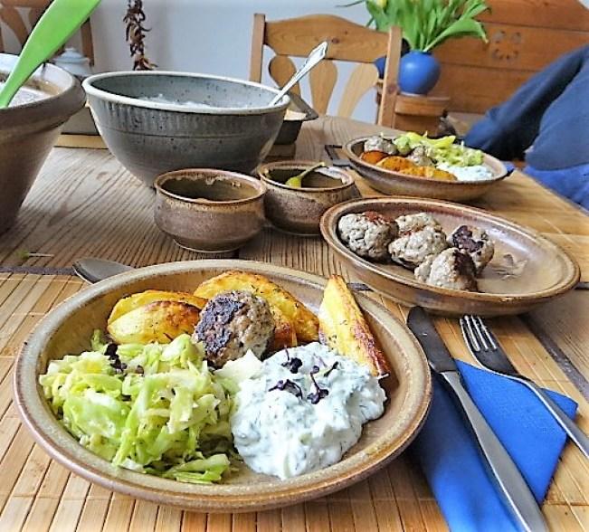 Krautsalat,Tzatziki,Kartoffelspalten,Hackbällchen (3)