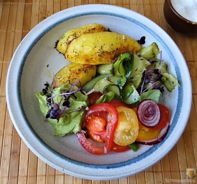 Zucchinisalat,Tomatensalat,Guacamole und Ofenkartoffeln (2)