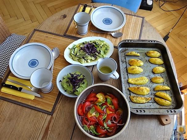 Zucchinisalat,Tomatensalat,Guacamole und Ofenkartoffeln (4)