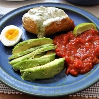 Backkartoffel mit Dip, Tomatensalsa,Avocado und hartgekochten Eiern (13)