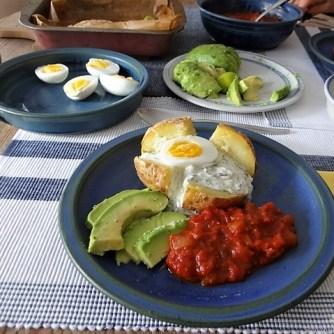 Backkartoffel mit Dip, Tomatensalsa,Avocado und hartgekochten Eiern (15)