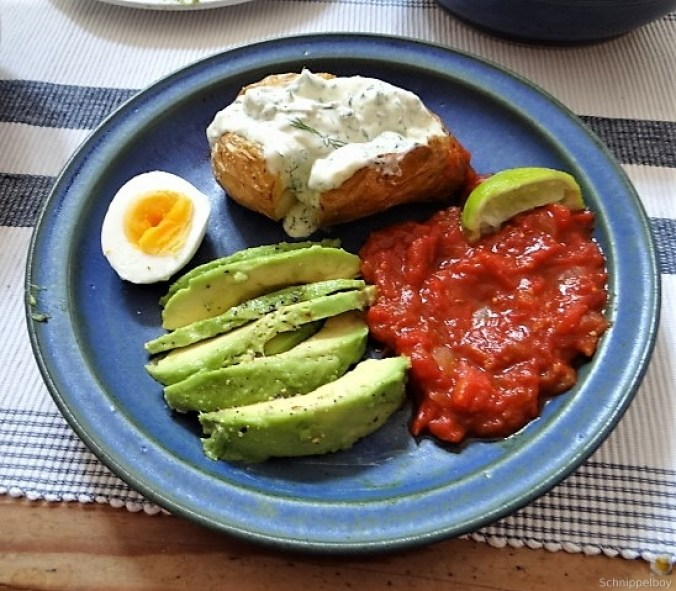 Backkartoffel mit Dip, Tomatensalsa,Avocado und hartgekochten Eiern (3)