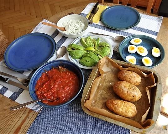 Backkartoffel mit Dip, Tomatensalsa,Avocado und hartgekochten Eiern (4)