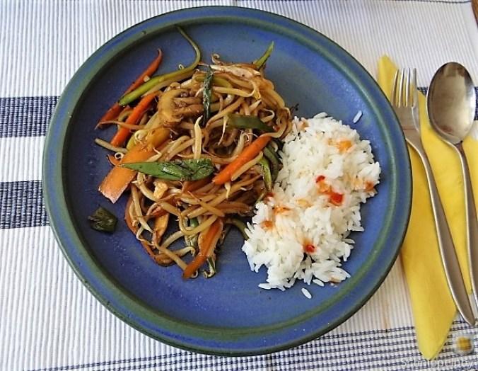 Mungbohnenkeimlinge mit Gemüse,Reis (1).JPG