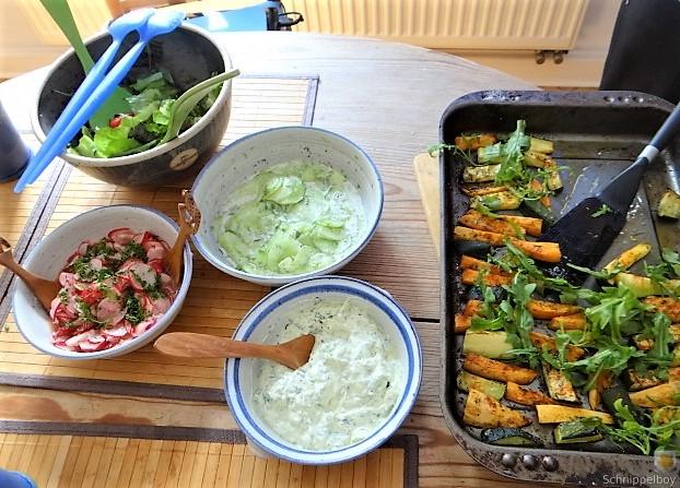Süßkartoffel und Zucchini aus dem Ofen mit Salaten (13)
