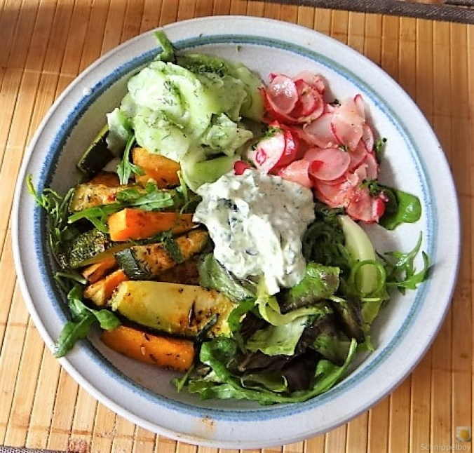 Süßkartoffel und Zucchini aus dem Ofen mit Salaten (2)