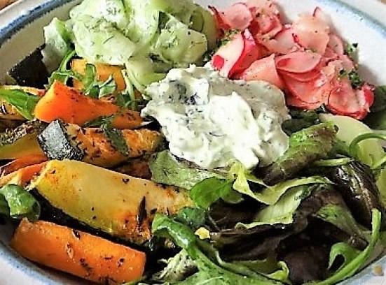 Süßkartoffel und Zucchini aus dem Ofen mit Salaten (3)