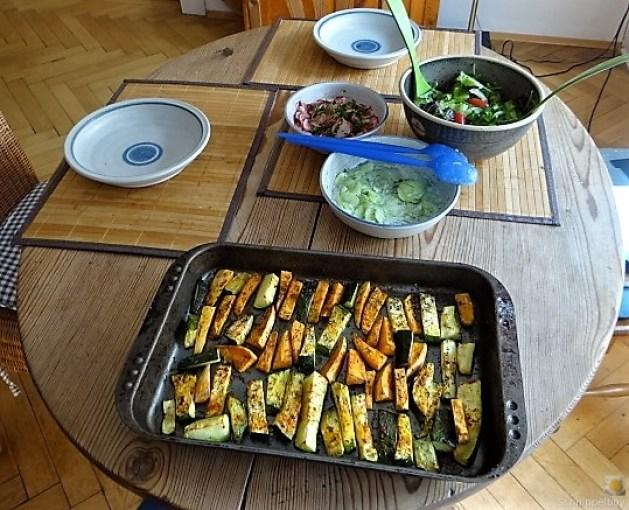 Süßkartoffel und Zucchini aus dem Ofen mit Salaten (5)