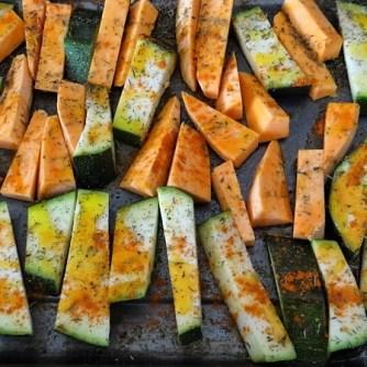 Süßkartoffel und Zucchini aus dem Ofen mit Salaten (9)