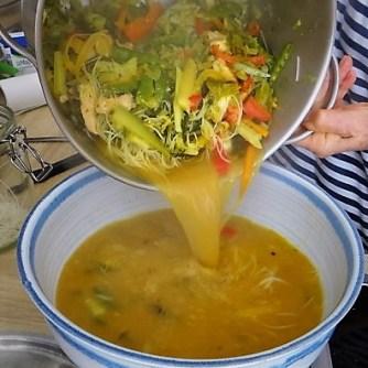 Scharf-Saure Gemüsesuppe mit Garnelen und Lachs (17)
