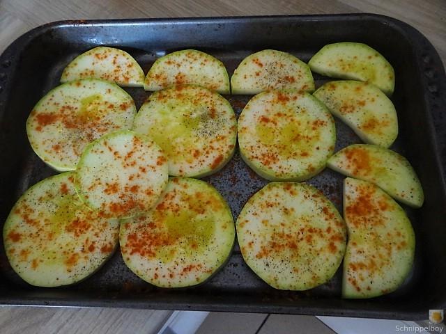 Zucchini und Spinatsauce, gebratene Zucchinischeiben, Erbsenschoten, Eier (16)
