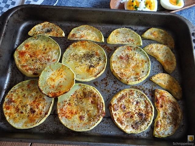 Zucchini und Spinatsauce, gebratene Zucchinischeiben, Erbsenschoten, Eier (17)