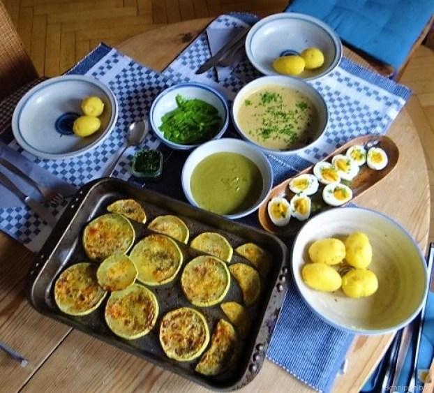 Zucchini und Spinatsauce, gebratene Zucchinischeiben, Erbsenschoten, Eier (4)