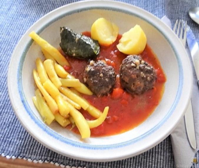 Fleischklößchen ,Tomatensauce, Bohnensalat und Pflaumenkompott (10)