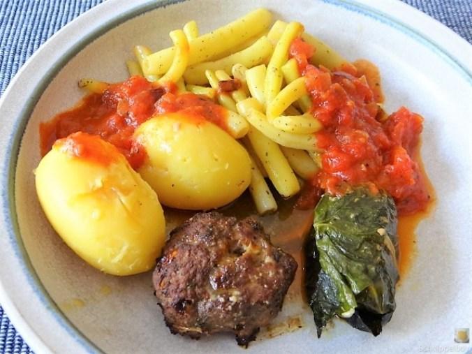 Fleischklößchen ,Tomatensauce, Bohnensalat und Pflaumenkompott (12)