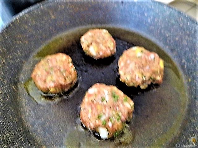 Fleischklößchen ,Tomatensauce, Bohnensalat und Pflaumenkompott (3)