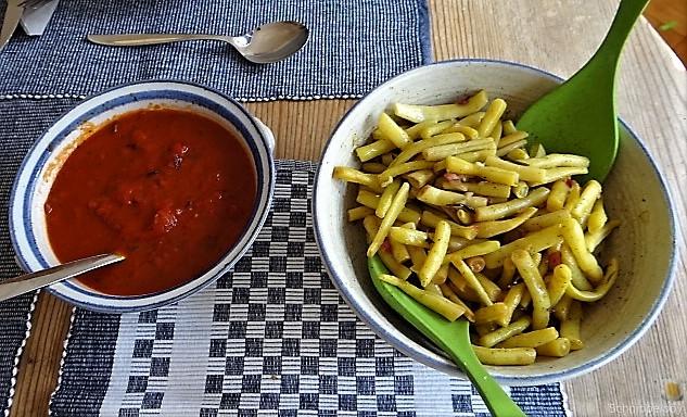 Fleischklößchen ,Tomatensauce, Bohnensalat und Pflaumenkompott (8)