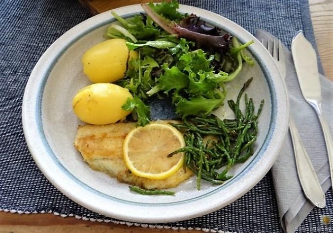 Scholle, Pflücksalat, Queller und Apfelkompott (12)