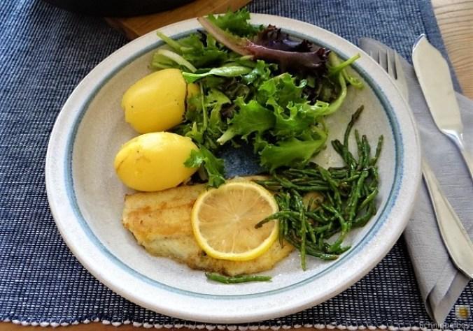 Scholle, Pflücksalat, Queller und Apfelkompott (2)