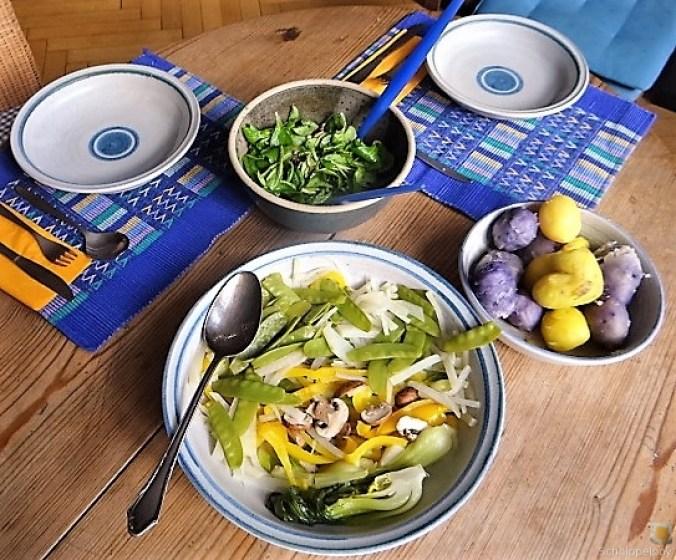 Gedämpftes Gemüse,Käsesauce, Blaue Kartoffeln (15)
