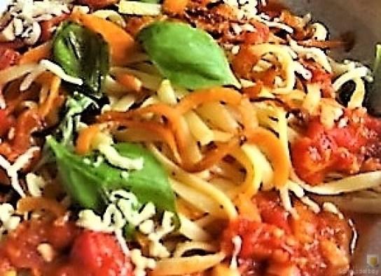 Linguine,scharfe Tomatensauce und Karotten Zoodles (16)
