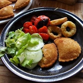 Teigtaschen,Tintenfischringe und Salat (18)