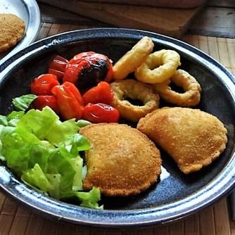 Teigtaschen,Tintenfischringe und Salat (20)