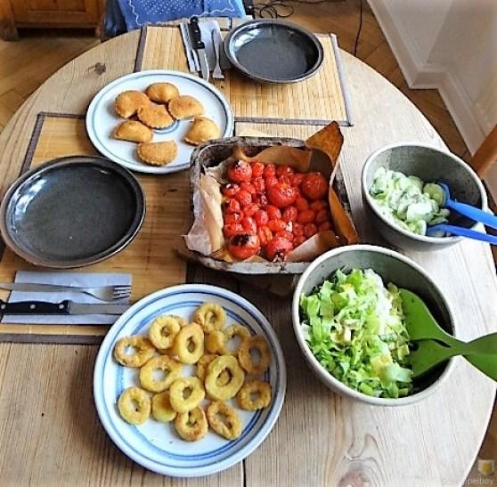 Teigtaschen,Tintenfischringe und Salat (6)