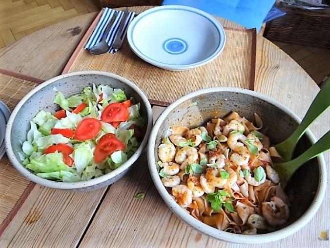 Buchweizennudeln in Tomatensauce,Garnelen und Salat (5)