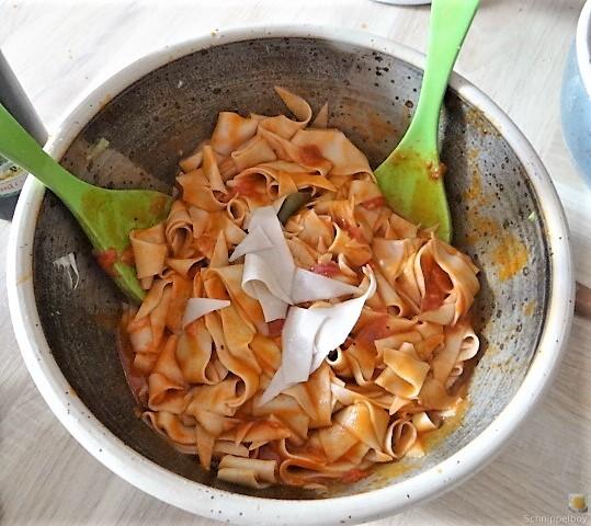 Buchweizennudeln in Tomatensauce,Garnelen und Salat (8).JPG