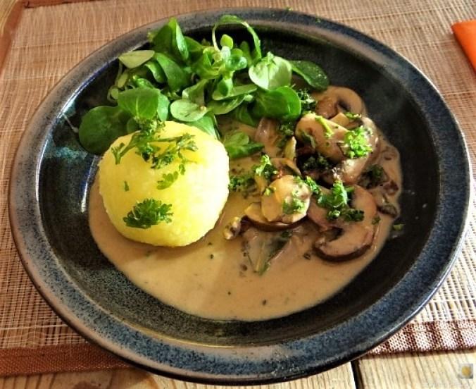 Klöße mit Pilzsauce,Obstsalat (1)