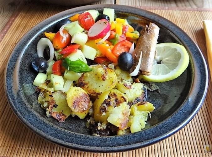 Bratkartoffeln, Bunter Salat und Sardinen (20)