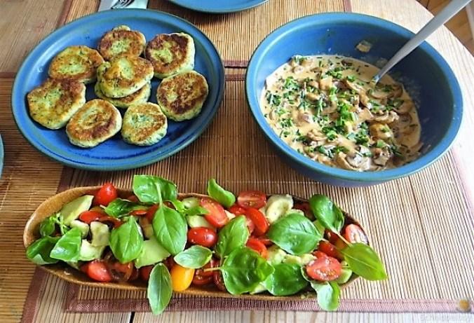 Kartoffel-Spinat Taler, Champignon, Tomaten-Avocado Salat (1)