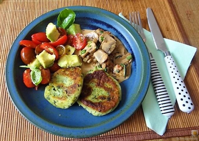 Kartoffel-Spinat Taler, Champignon, Tomaten-Avocado Salat (2)
