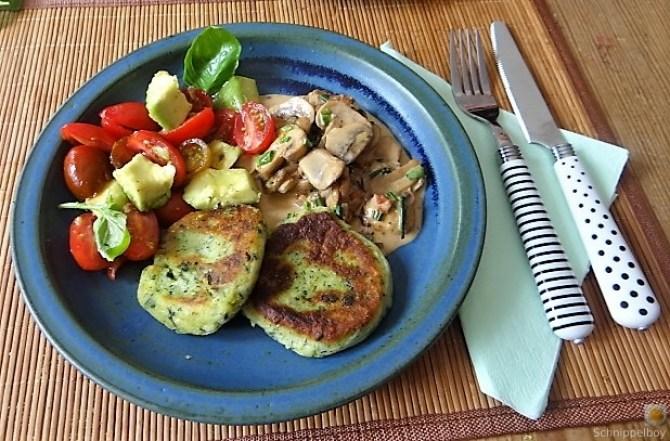 Kartoffel-Spinat Taler, Champignon, Tomaten-Avocado Salat (30)